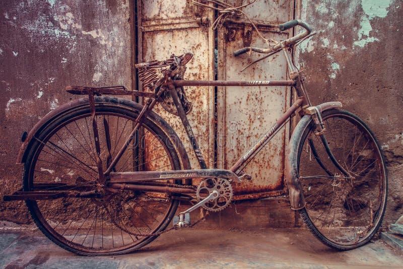 Велосипед забытый временем в улицах udaipur, Раджастхана, Индии стоковое изображение rf