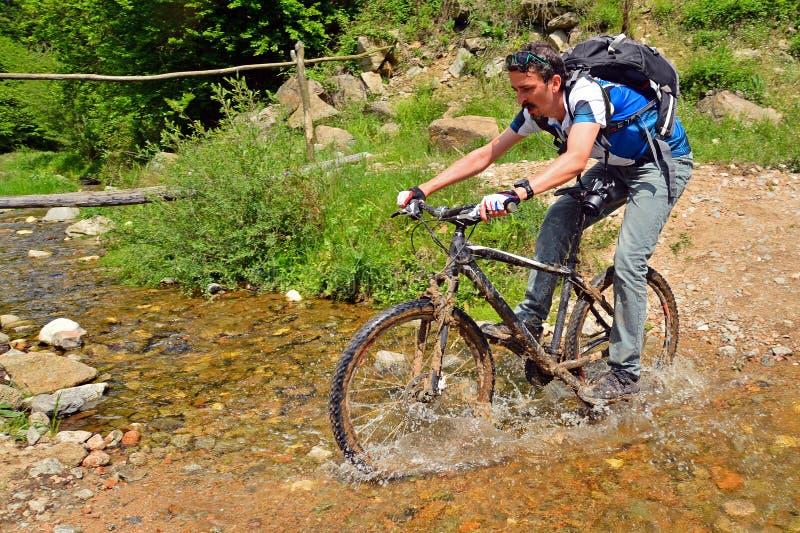 велосипед задействуя гора холма вверх стоковые изображения rf