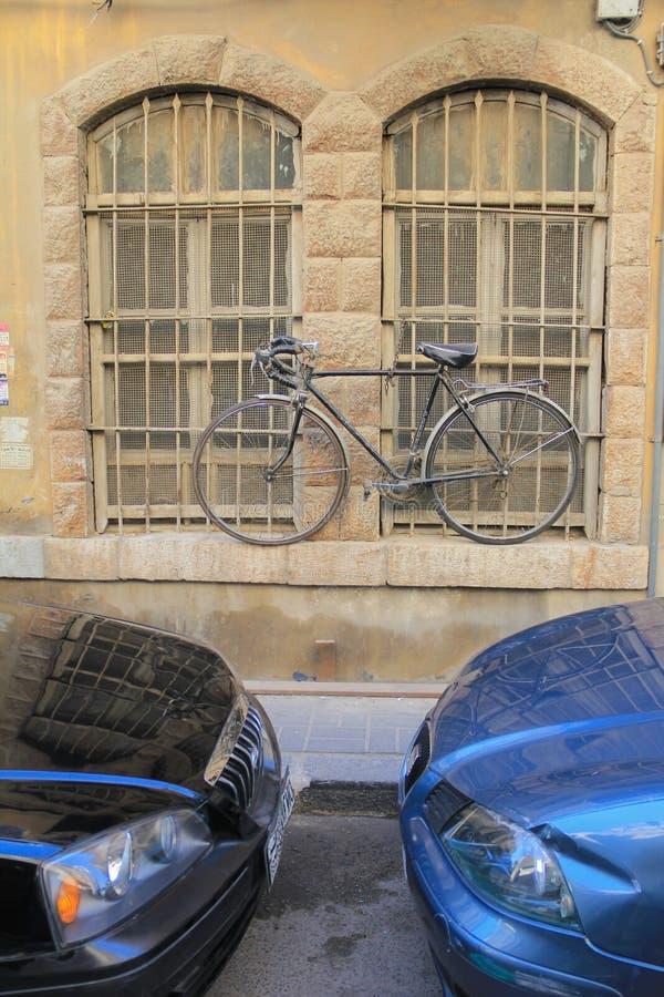 Велосипед запертый для окна стоковые фотографии rf