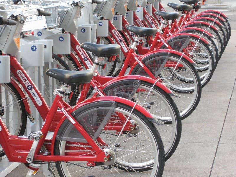 велосипед красный цвет стоковая фотография