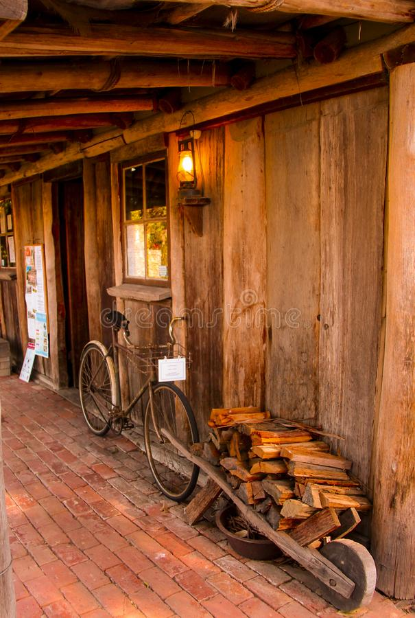 Велосипед на сельском доме стоковые изображения rf
