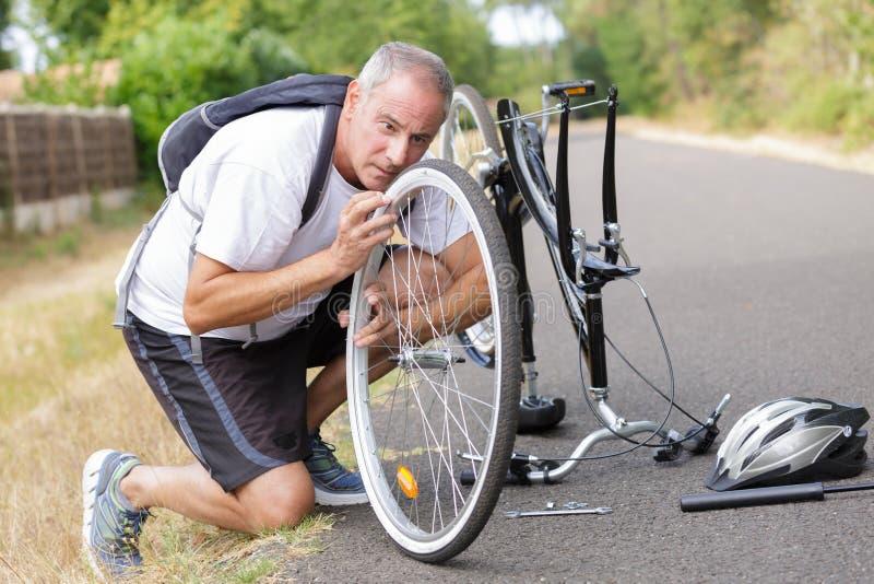 Велосипед отладки человека среднего возраста outdoors стоковые изображения