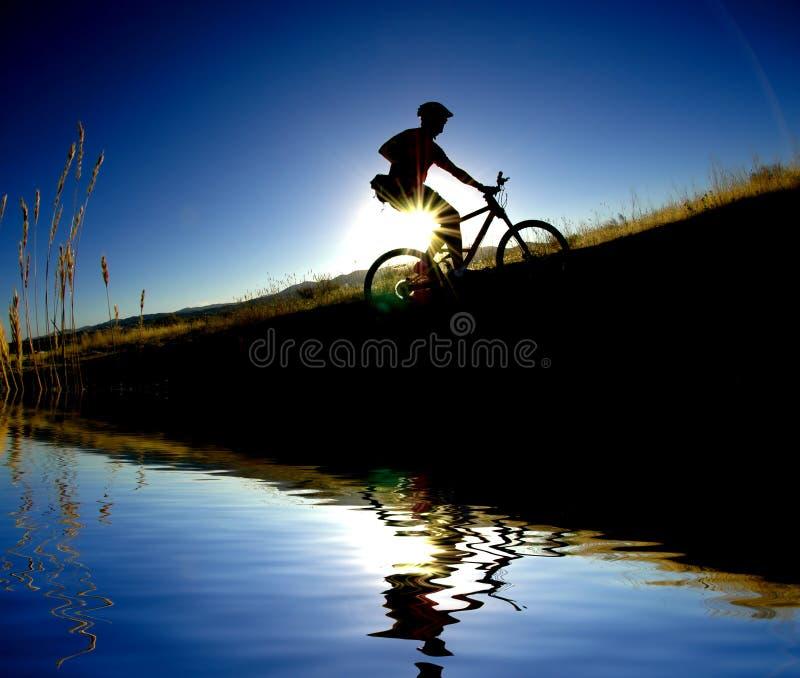 велосипед отражение горы стоковые изображения