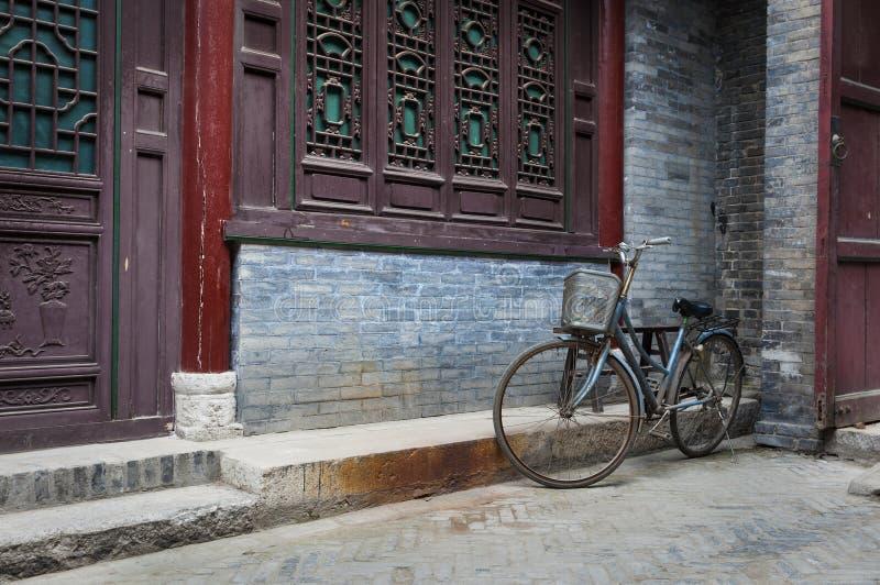 Велосипед припарковал против орнаментированной стены в большой мечети в городе Xian, Китая стоковая фотография