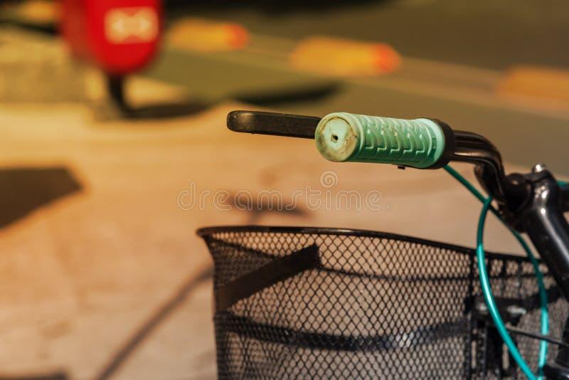 Велосипед припаркованный в улице стоковые фото