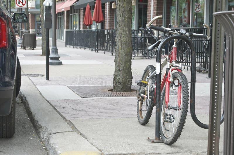 Велосипед припаркованный на главной улице стоковые изображения rf