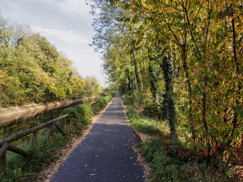 Велосипед путь на Busto Garolfo вдоль канала Villoresi стоковые фото