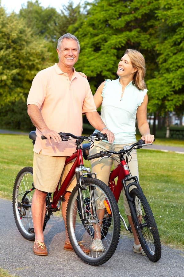 велосипед старшии пар стоковое изображение