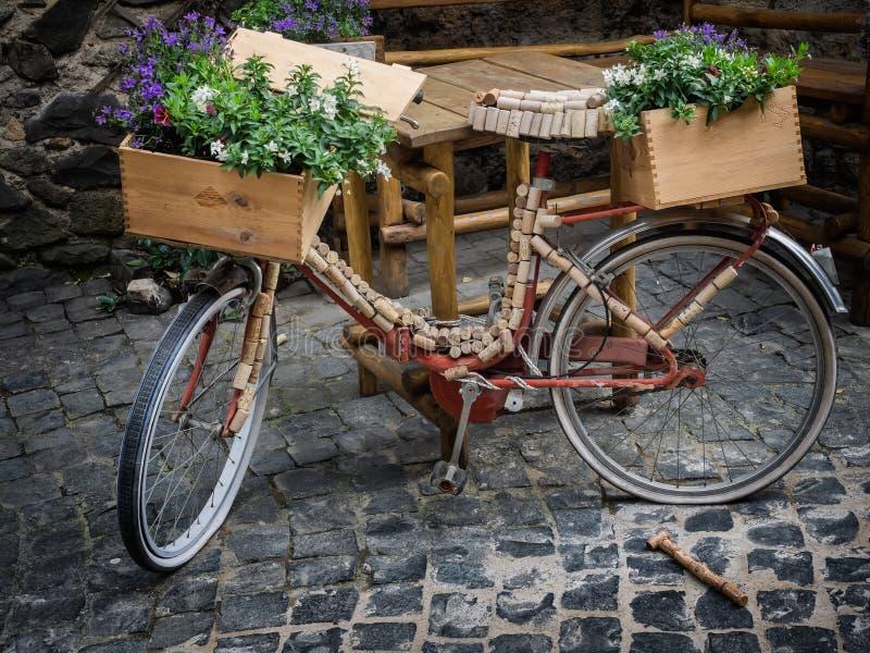 Велосипед украшенный с пробочками и цветками стоковые изображения rf