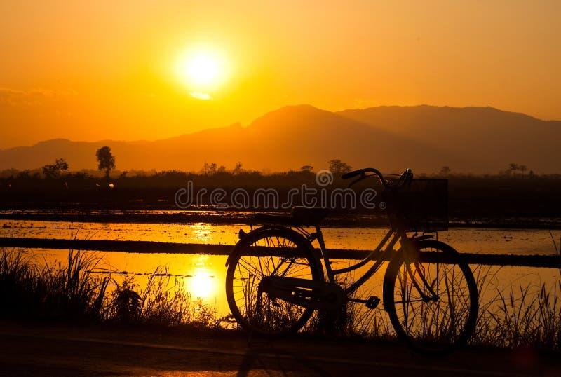 Download велосипед стоковое фото. изображение насчитывающей воссоздание - 18392608
