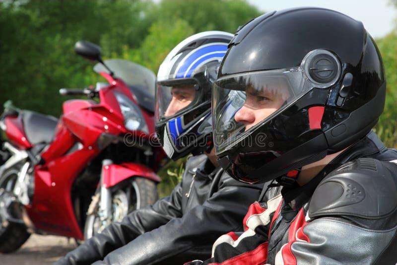 велосипед motorcyclists крупного плана ближайше сидя 2 стоковая фотография