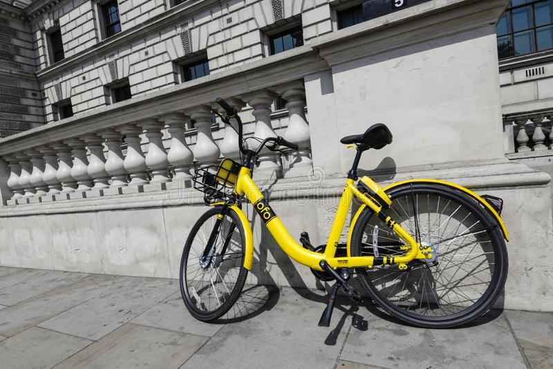 Велосипед Ofo в улице Лондона стоковое изображение