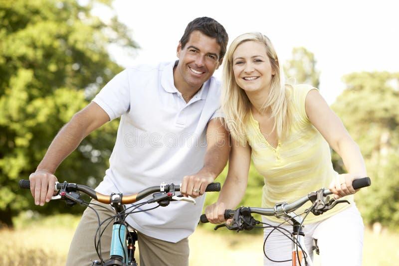 велосипед riding пар сельской местности стоковые изображения rf