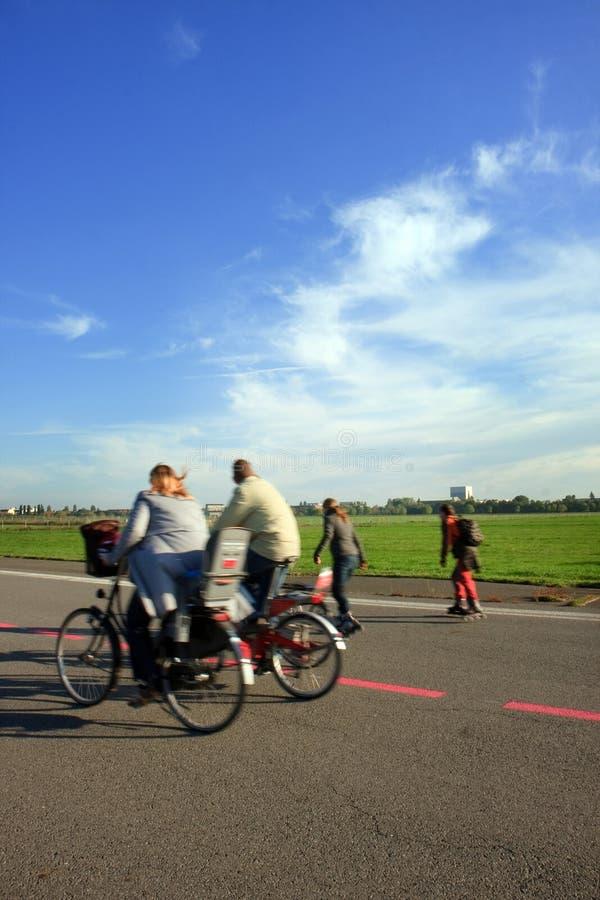 велосипед rollerblades родителей детей стоковое фото rf