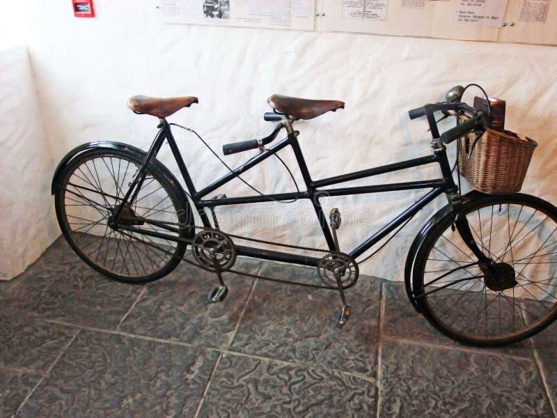Велосипед Tandom на старой ирландской деревне голода стоковое фото