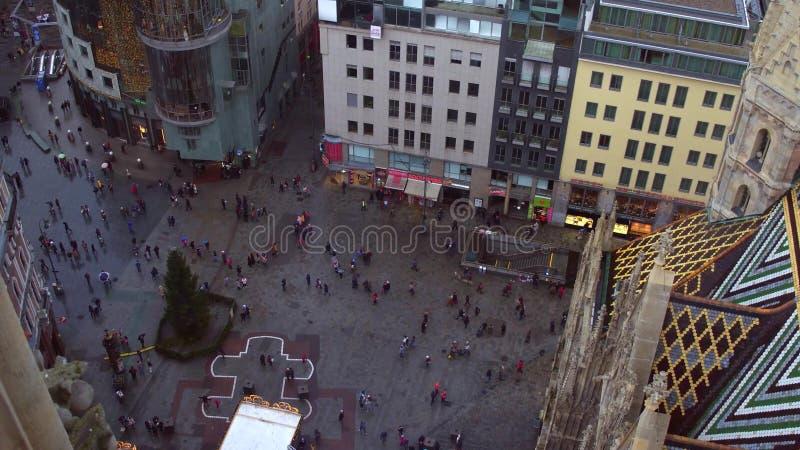 ВЕНА, АВСТРИЯ - квадрат и рождественская елка собора ` s 24-ое декабря 2016 St Stephen, осматривают сверху популярно стоковая фотография