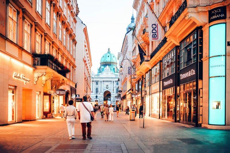Вена, Австрия Люди идя на улицу Graben с много известных дорогих бутиков стоковое фото rf