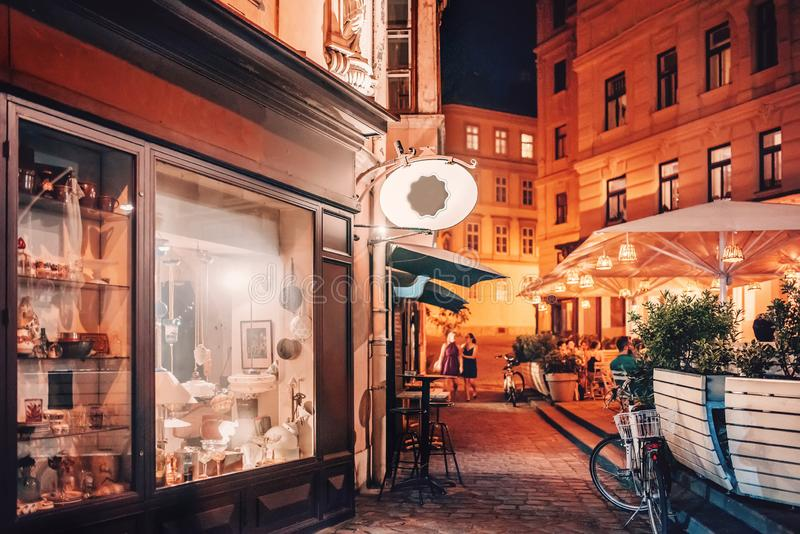 Вена, Австрия Люди сидя на кафе улицы вечером в St Urlich, районе Neubau стоковое изображение rf
