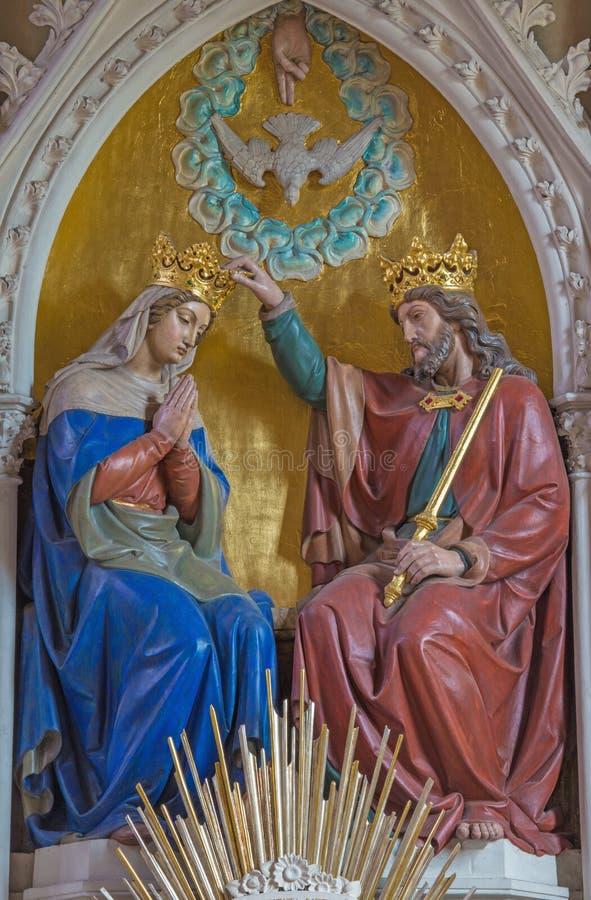 ВЕНА, АВСТРИЯ - 19-ОЕ ДЕКАБРЯ 2016: Высекаенное коронование девой марии в церков Brigitta Kirche стоковое изображение