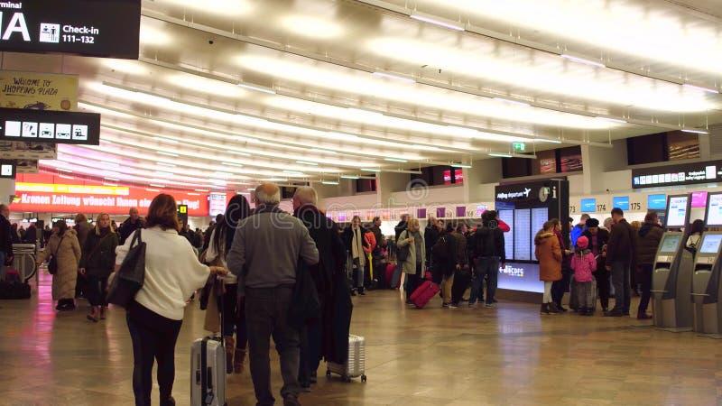 ВЕНА, АВСТРИЯ - 24-ое декабря толпился салон отклонения крупного аэропорта стоковые фото