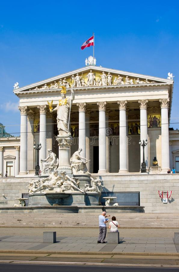 ВЕНА, АВСТРИЯ - 27-ОЕ ИЮЛЯ 2014: Историческое здание австрийского парламента в вене стоковое изображение