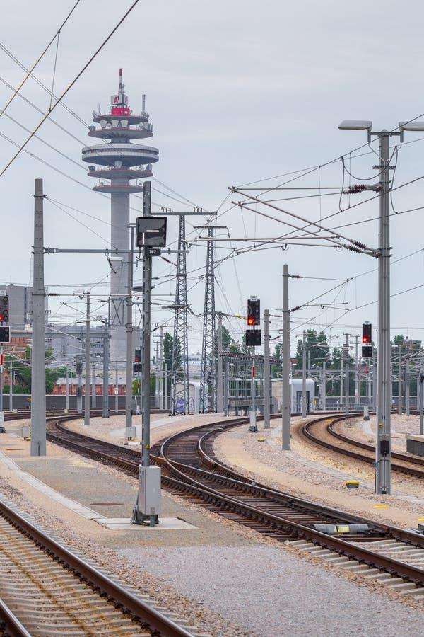 ВЕНА, АВСТРИЯ - 27-ОЕ МАЯ: Взгляд группы башни A1 Telekom Австрии радиосвязи, от платформы основного железнодорожного вокзала стоковая фотография rf