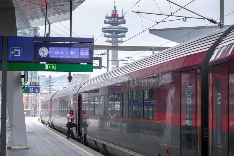 ВЕНА, АВСТРИЯ - 27-ОЕ МАЯ: Управляющий поезда к Вене - Инсбруку - Цюрих перед отклонением Платформа главной железной дороги стоковые изображения rf