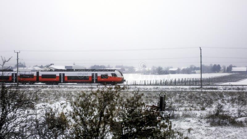 ВЕНА, АВСТРИЯ - 20-ое февраля 2017: Поезд Сименс Desiro ML региональный австрийских федеральных железных дорог, служа соединение  стоковая фотография rf