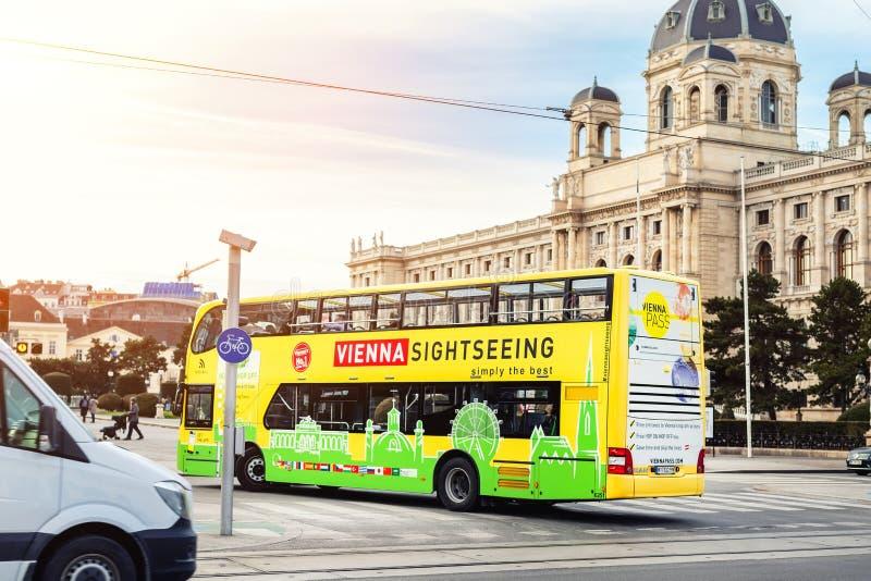 Вена, Австрия - 16-ое января 2019: Экскурсионный автобус смешного зелен-желтого двухэтажного автобуса touristic идя вдоль центра  стоковое изображение rf