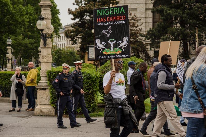 Вена/Австрия/Mai 30, 2019: Протест Biafrans в Австрии против нигерийца стоковые фото