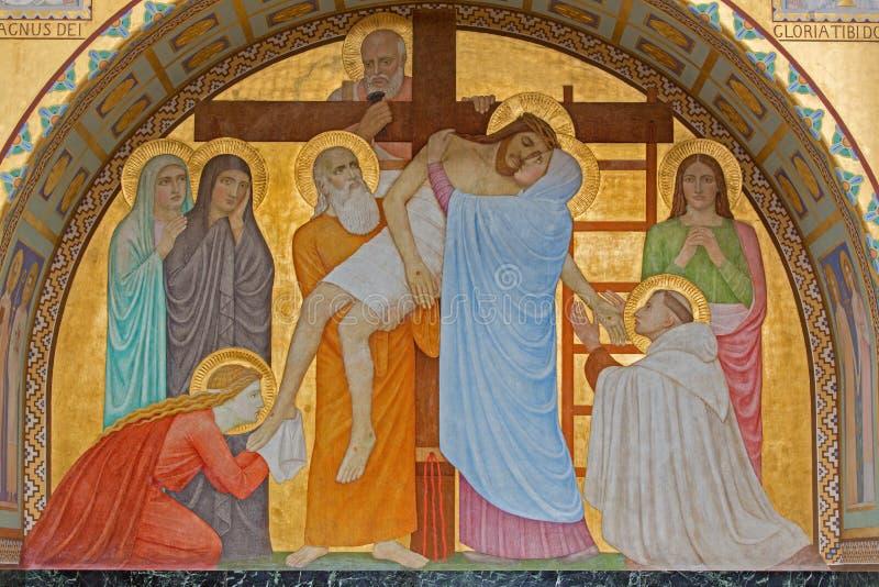 Вена - низложение перекрестной сцены над St. John перекрестного бортового алтара P. Verkade (1927) в церков Carmelites стоковое фото