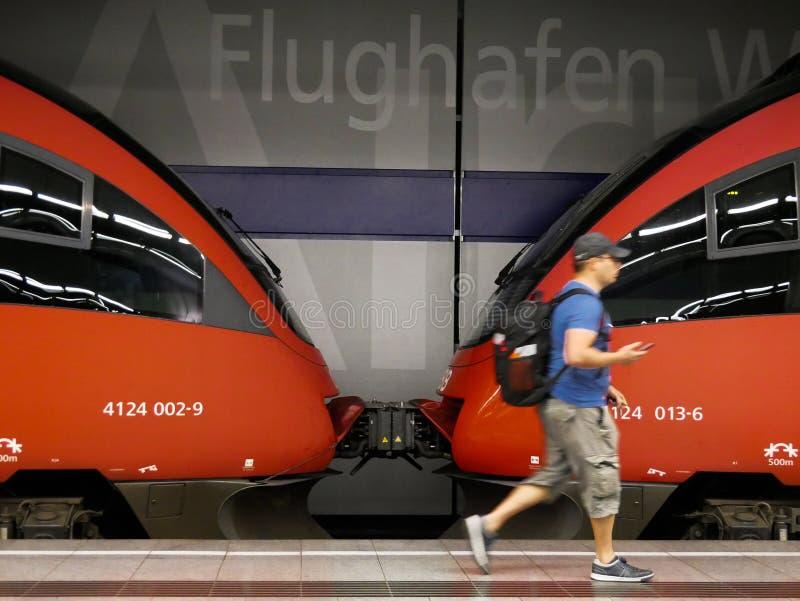 Вена - 1-ое июня 2019: Турист walkin перед соединением 2 автомобилей поездов стоковые изображения