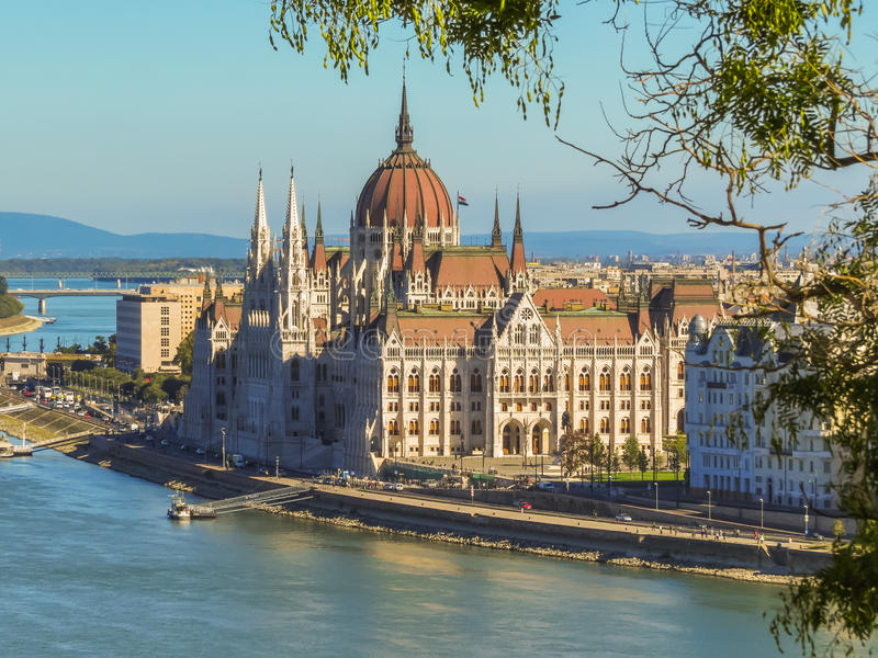 Венгерские здание и Дунай парламента стоковое изображение