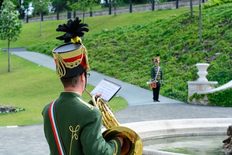Венгерские музыканты Гусара выполняют в замке Будапешта стоковое изображение