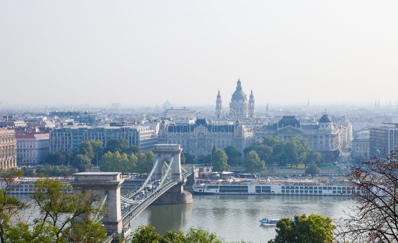 Венгрия, Будапешт, цепной мост и базилика St Stephen стоковая фотография rf