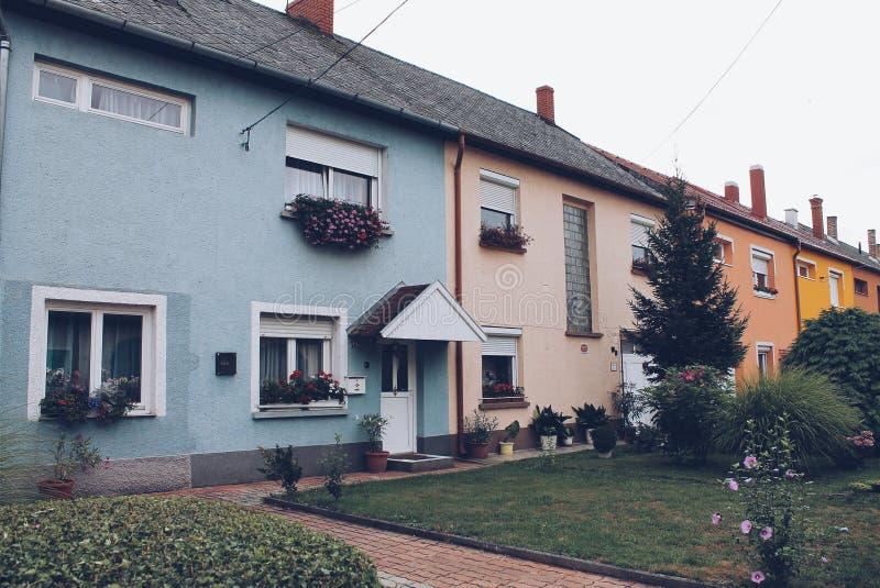 Венгрия: венгерские красочные дома стоковые фотографии rf