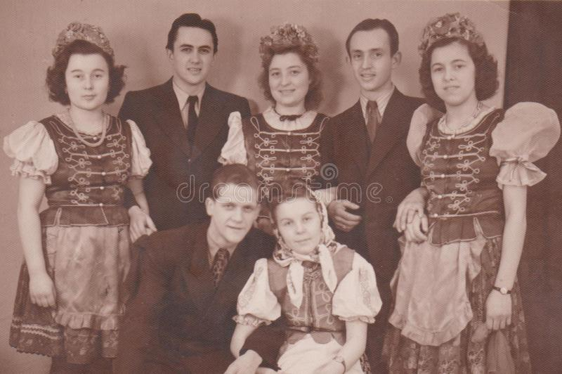 ВЕНГРИЯ, ОКОЛО 1930 - ФОТО СВАДЬБЫ - МОЛОДЫХ ПАР стоковые изображения