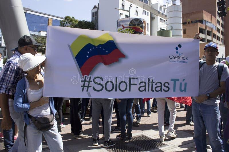 Венесуэльские оппозиции собирают во время сногсшибательного массивного ралли против правительства Maduro в поддержку Хуан Guaido  стоковое изображение rf