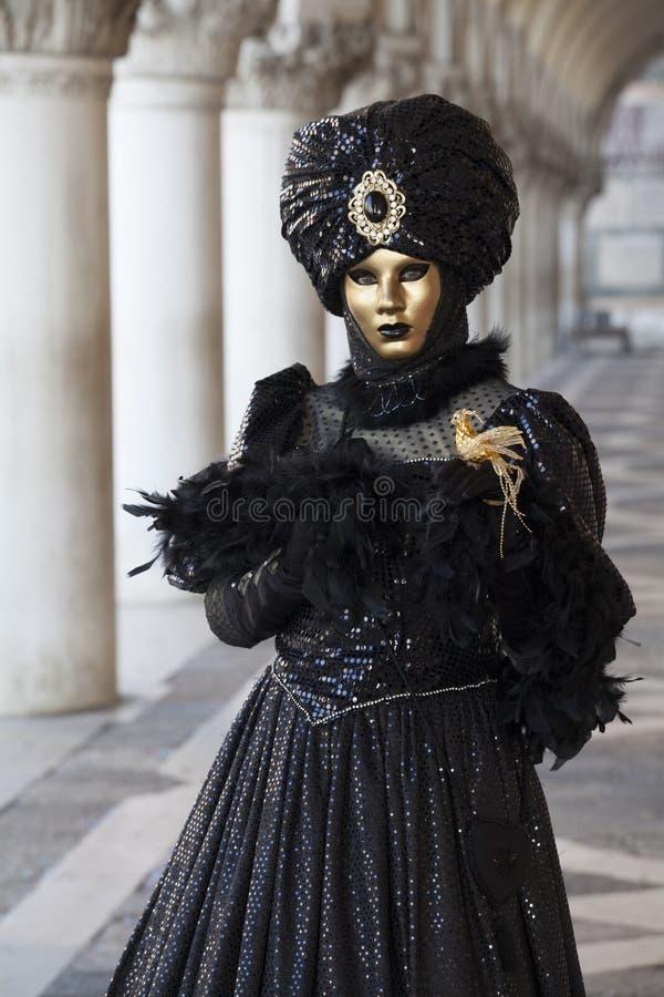 Венецианская диаграмма масленицы в красочном костюме и маска под аркадой дворца Венеции венето Италии дожей стоковое фото