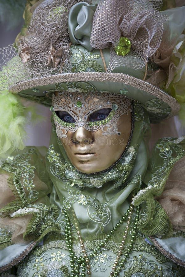 Венецианский характер масленицы в красочном костюме масленицы зеленого цвета и золота и маске Венеции стоковое фото rf