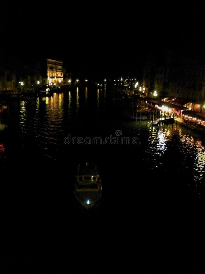 Венеция, вода, ночь, свет и тайна стоковое фото rf
