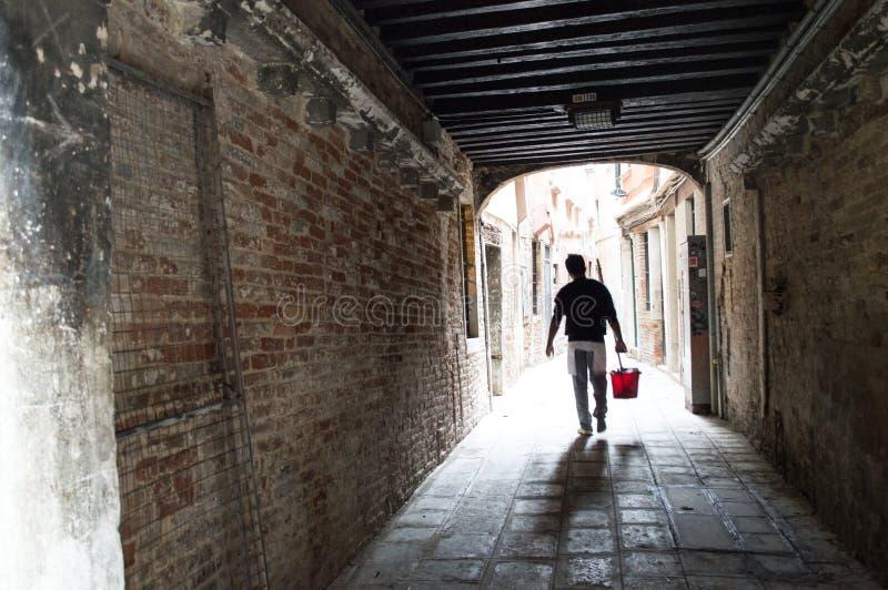 Венеция, идя через тоннель стоковое фото rf