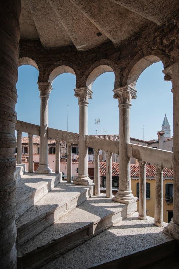 Венеция, Италия, винтовая лестница водя к смотровой площадке дворца Ca d Oro стоковое фото rf