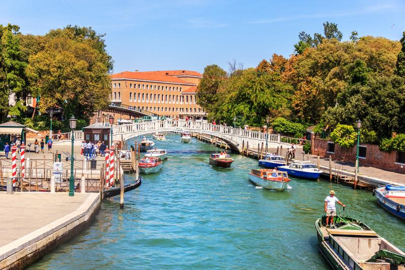 Венеция, Италия - 22-ое августа 2018: Мост Papadopoli над каналом стоковые изображения rf