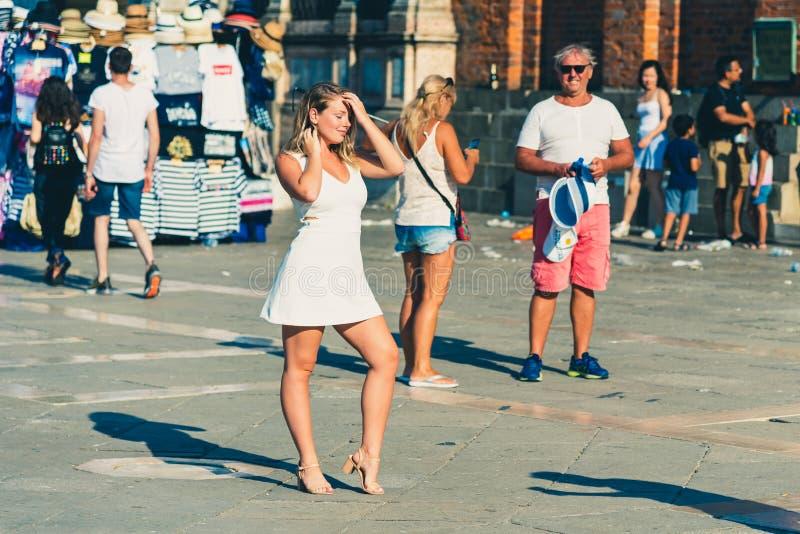 Венеция, Италия - 22-ое августа 2018: Туристская девушка представляя в аркаде стоковые изображения rf