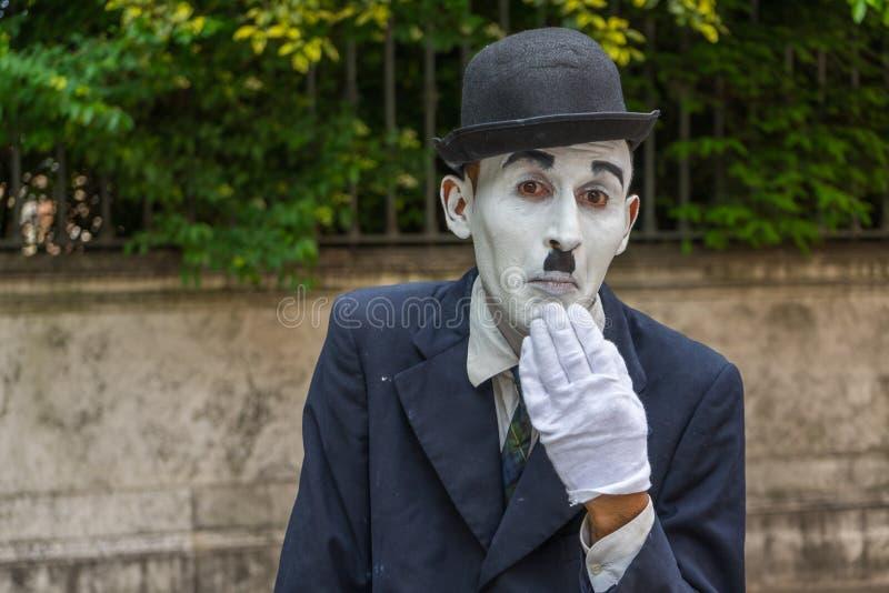 ВЕНЕЦИЯ, ИТАЛИЯ - 24-ое мая 2016: Мужская пантомима выглядеть как Чарли Чаплин в Венеции с белой перчаткой и темной шляпой Пантом стоковая фотография