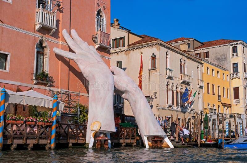 Венеция, Италия - 7-ое мая 2018: Сценарная монументальная скульптура ` s ребенка вручает вызванный - поддержка Lorenzo Quinn стоковая фотография