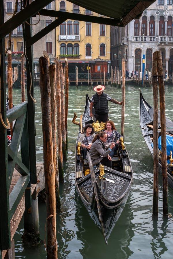 Венеция, Италия - 13-ое октября 2017: Гондола с туристами причалена на пристани стоковые фотографии rf