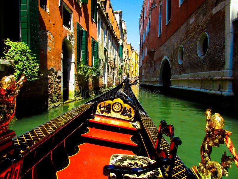 ВЕНЕЦИЯ, ИТАЛИЯ - 19-ОЕ СЕНТЯБРЯ 2018: Прогулка на яхте гондолы на венецианских больших и небольших chanels стоковое изображение rf
