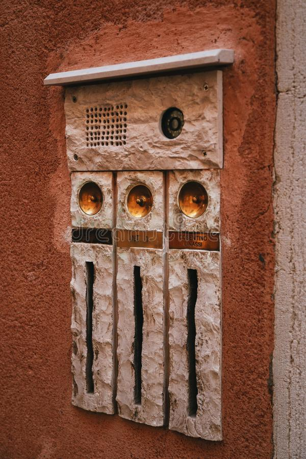 ВЕНЕЦИЯ, ИТАЛИЯ - 9-ОЕ СЕНТЯБРЯ 2018: Старый дверной звонок и коробка письма на улице центра Венеции, Италии Детали a стоковые фото